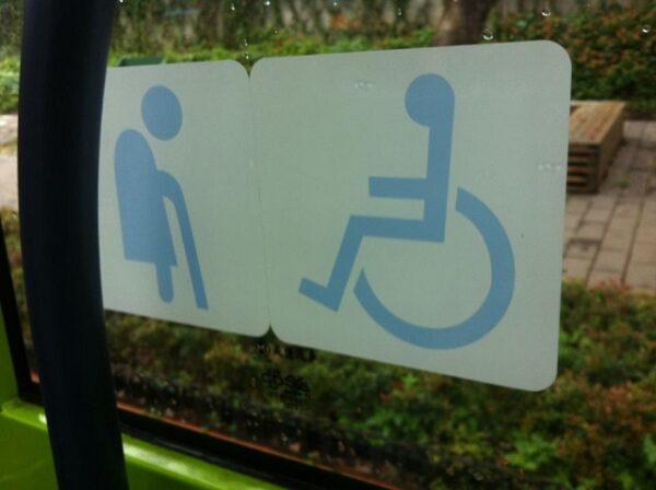 低底盘公共汽车方便轮椅使用者及长者上下车。