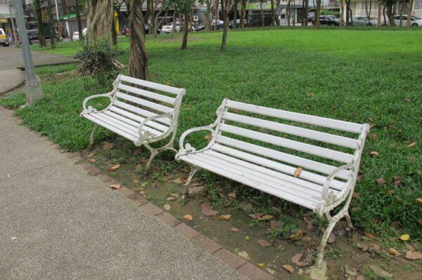 ▲常見的公園長椅,其實並不適合高齡者群聚聊天的休閒生活。
