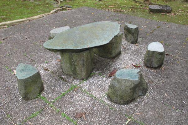 ▲為了造景設計的石製桌椅,由於過矮且沒有扶手,對高齡者來說往往不夠友善。