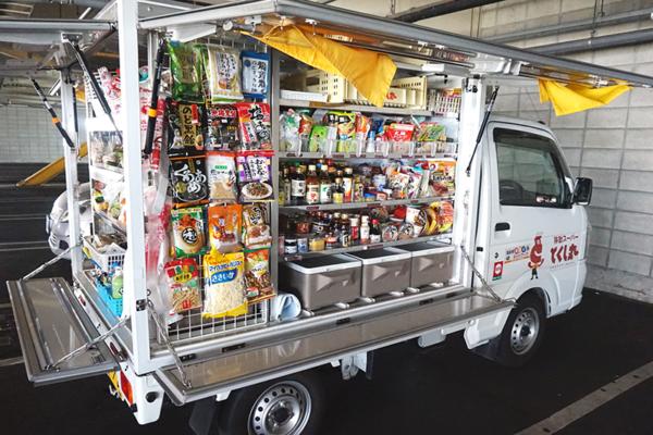 ▲德島丸的移動販賣車雖看似小,但卻能容納超過1200個品項以上的商品供民眾選購。