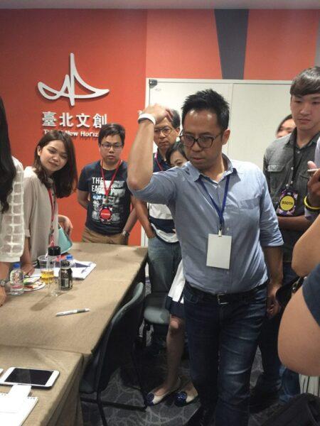 ▲Frank戴著手環現場示範給記者看(圖片來源:Yvonne H.拍攝)