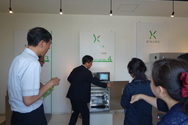 ▲木原康博社長說明乾燥機使用方法