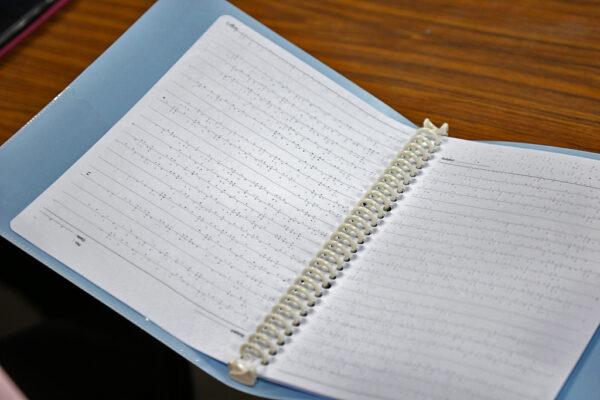 ▲點字筆記本(圖片來源:VIDE攝)